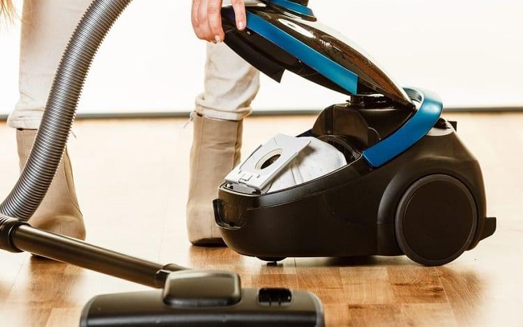 replace bag in vacuum cleaner